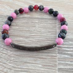 """Armband van 6mm violet roze jade, black silk stone en meerkleurig agaat, met antractiet metalen """"All we need is love"""". Van JuudsBoetiek, te bestellen op www.juudsboetiek.nl."""
