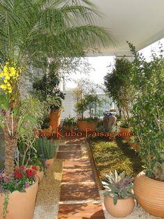 Ivani Kubo Paisagismo: Varanda de Apartamento ganha jardim com pomar e horta, além de orquidário e gramado.