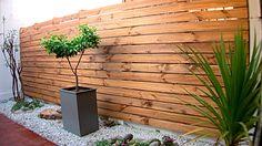 En el exterior un buen método de tapar panderetas y vistas que estropean el entorno es con la construcción de un deck. Tradicionalmente un deck es una terraza de madera, es decir en el piso, pero también se puede hacer uno vertical para un muro. La madera, cuando está bien protegida, es un muy buen elemento para el exterior, otorga calidez, tiene aspecto natural y decora cualquier ambiente.