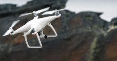 """DJI hat mit dem Phantom 4 seine neueste Quadcopter-Generation vorgestellt, die Hindernisse automatisch erkennt und bewegliche Objekte oder Personen eigenständig verfolgt. Selbst Anfänger sollen die """"Drohne"""" per """"Tap-and-Fly""""-Funktion leicht bedienen können."""