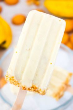 Banana Cream Pie Popsicles - These Banana Cream Pie Popsicles have the amazing classic flavor of a banana cream pie molded and frozen into homemade popsicles. Cool and creamy with a crushed vanilla wafer topping. Banana Popsicles, Smoothie Popsicles, Homemade Popsicles, Frozen Popsicles, Healthy Popsicles, Ice Pop Recipes, Popsicle Recipes, Cream Recipes, Dessert Recipes