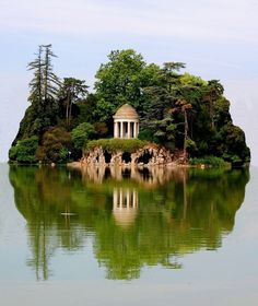 Island ,Daumesnil Lake, Paris, France