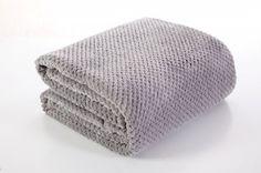 Sivá deka Ricky je dostupná v troch rozmeroch: 70x140, 150x200 alebo 220x240 cm.