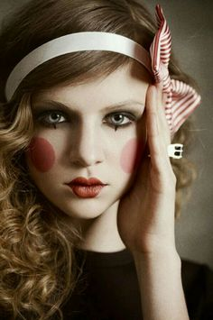 50 Pretty and Unique Makeup Looks For Halloween; the hottest Halloween makeup looks. Creepy Halloween, Halloween Makeup, Halloween Costumes, Halloween Clothes, Halloween 2014, Halloween Images, Halloween Stuff, Halloween Ideas, Clown Makeup