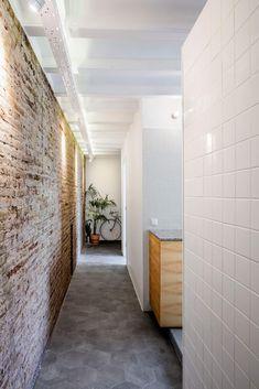 RÄS studio adds pair of white boxes to La Carmina apartment in Barcelona Brick Interior, Studio Interior, Interior Exterior, Interior Walls, Hallway Walls, Upstairs Hallway, Hallways, Inspiration Wall, Interior Inspiration