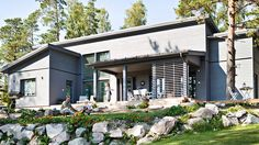 Vihervaara Harmaja ulkoasulla - Kannustalo German Houses, Outdoor Flowers, Scandinavian Design, Garage Doors, Beach House, Villa, Floor Plans, Exterior, Outdoor Decor