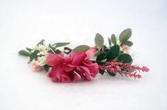 Couronne de fausses fleurs et feuilles dans les tons roses et vert. Le parfait accessoire pour les demoiselles d'honneur, la mariée, les invitées. Un bel accessoire pour une coiffure printanière lors d'un mariage, une cérémonie. Allure chic et romantique.