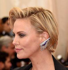 Charlize Theron também com o cabelo curto de lado, só que com topetinho, e esfumado em tons de cinza