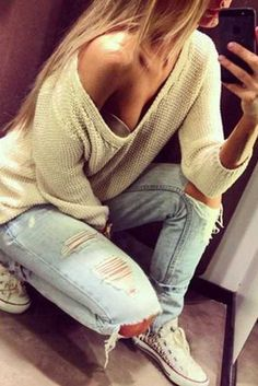 Sweater, ripped jeans and converse Baggy Pullover, Baggy Sweaters, Jumper, Big Sweater, Slouchy Sweater, Cream Sweater, Jeans E Converse, White Converse, Converse Style