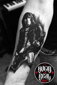Johnny Ramone para Sebastian Zabala en el estudio Sucio X Real Tatuajes (La Plata - Buenos Aires) #Tattoo #Tatuaje #Argentina #TattooArgentina #Gualeguaychú #LaPlata #TattooLaPlata #Ink #SucioXReal #SantoUno #Art #BlackAndGreyTattoo #TattooArt #TattooLife #Johnny #Ramone #LosRamones #TheRamones — con Ramones y Johnny Ramone