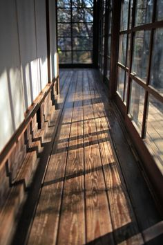 Hallway with windows, windows with dark panes, large plank wood floor *Idea for entry of future house* Design Hotel, Home Design, Deck Design, Restaurant Design, Design Ideas, Interior Exterior, Interior Architecture, Japanese Architecture, Vintage Architecture