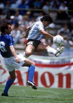 Italy 1 Argentina 1 in 1986 in Puebla. Diego Maradona scores a brilliant equaliser to make it in Group A at the World Cup Finals. Soccer World, World Football, Best Football Players, Sport Football, Mexico 86, Diego Armando, Football Images, World Cup Final, Best Player