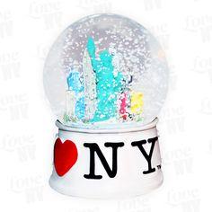 Egal ob im Winter oder Sommer, diese original I LOVE NY Schneekugel mit der New Yorker Freiheitsstatue und der Skyline von New York ist definitiv ein Hingucker. Mit dem typischen I LOVE NY Logo auf weißem Sockel und einem Durchmesser von 6,5cm passt diese tolle Schneekugel bestens in jedes Regal oder auf den Schreibtisch. Ideal geeignet als Geschenk für Weihnachten oder andere Anlässe. Erhältlich in den Farben Weiss und Schwarz.