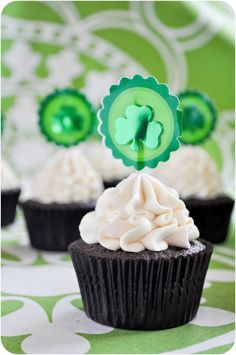 perfect for st. patty's day: irish beer & whiskey cupcakes with bailey's irish cream frosting! Whiskey Cupcakes, Guinness Cupcakes, Whiskey Cake, Guinness Cake, Fireball Whiskey, Baking Cupcakes, Fun Cupcakes, Cupcake Recipes, Cupcake Cakes