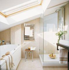 kleines Badezimmer mit Dachschräge - Badewanne und Glasdusche