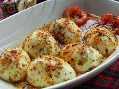 Haşladığınız yumurtalara bambaşka bir lezzet ve görünüm kazandıracak Yumurta Kapama Tarifi ile ilgili gerekli malzemeler ve hazırlanışını sayfamızda yazılı olarak da bulabilirsiniz.
