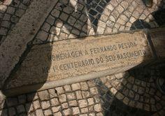 Im Pflaster vor dem Café a Brasileira in Lissabon gibt eine Plakette an, dass die Bronzefigur des Fernando Pessoa hier zu seinem 100. Geburtstag aufgestellt wurde. www.claudoscope.eu