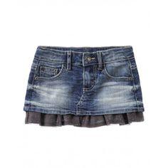 Gonna di jeans cinque tasche con fodera interna in 100% cotone unito e balza in tulle con micro pois glitterati applicata al fondo. Cintura con cinque passanti, bottone a pressione con logo ed elastico interno regolabile. Rivetti in metallo con cuore.