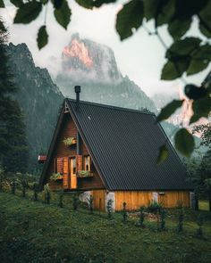 Grid Architecture, Nature Photography, Travel Photography, Photo Voyage, Cabin In The Woods, Cozy Cabin, Cabin Homes, Travel Aesthetic, Beautiful Places