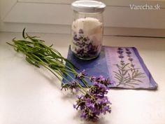Urobte si levanduľový cukor, ktorý sa dá použiť do čaju aj do pečenia.  Suroviny  500 gcukor kryštálový  25 gkvet levanduľový    Postup prípravy receptu Nazbierame si levanduľové kvety a jemne ich rozdrvíme. Pripravíme si do pohára cukor a zmiešame s kvetmi, necháme uzavreté 6 týždňov a máme voňavý cukor, ktorý môžme použiť do pečenia, alebo do nápojov. Levanduľa lekárska má antistresové účinky, pôsobí upokojujúco a dokonca vraj uchováva mladosť a sviežosť :-) Glass Vase, Korn, Herbs, Handmade, Decor, Gardening, Lavender, Syrup, Hand Made
