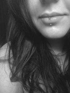 Labret vertical - piercing esquimal Piercing labial - tatuaje, henna y piercing - . Piercing Tattoo, Piercing Chart, Upper Lip Piercing, Lip Piercing Labret, Piercing Girl, Double Tongue Piercing, Piercings For Girls, Facial Piercings, Lip Tatto