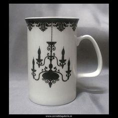 Hrnek Home-lustr | Bílý hrnek na čaj nebo kávu s půvabným černým stínovým motivem lustru, zajímavý tvar ouška zdobený černým pruhem, horní obvod hrnku je zdobený černou bordurou.