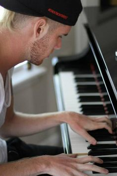 Colton Dixon and piano. Christian Singers, Christian Music, Colton Dixon, Jesus Music, I Love Him, My Love, I Am A Writer, Piano Player, Singing Happy Birthday