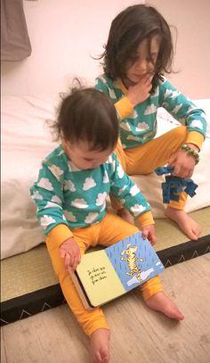 Manoah et Elaïs portent le même pyjama 2 pièces sans pieds de Maxomorra : habits mixtes bébé et enfant existent également pour ceux qui aiment les couleurs !