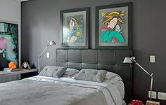 Ao buscar um olhar jovem e masculino para este quarto de 24 m², a arquiteta Juliana Grave escolheu a cabeceira de couro preto, que combina com os tons escuros do resto da decoração