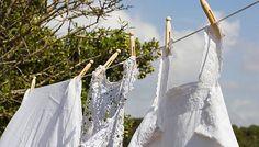 Vakítóan fehérek lesznek az elszürkült ruhák, ha így mosod őket - Otthon | Femina