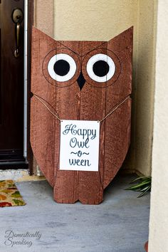 Easy DIY Wood Owl Outdoor Decor - great for fall and Halloween. Happy Owl-o-ween! Sell Diy, Diy Décoration, Crafts To Sell, Easy Diy, Pallet Crafts, Wooden Crafts, Wooden Diy, Wooden Signs, Cement Crafts
