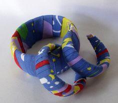 Conjunto de pulseira larga e argola, forradas artesanalmente com tecido. Medidas:  Pulseira larga:aproximadamente 4cm largura Argola: aproximadamente 2cm largura  PAGAMENTO VIA PAYPAL: 20% DE ACRÉSCIMO NO VALOR DO PRODUTO  Sugestão de compra: Bolsas,argolas,tiaras, pulseiras, tic-tacs e broches, no mesmo tecido, podem compor conjunto com esta peça. solicite outras peças no tecido desejado.(peças confeccionadas de  acordo com a disponibilidade de tecido em estoque).  Imagem meramente ilustrati...
