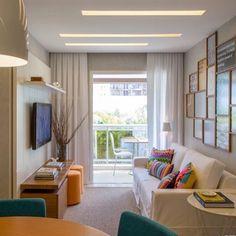 A sala é pequena mas as inspirações são muitas... 💗 #paredegaleria #puffs #assentosextras #iluminação Adoramos! {Projet