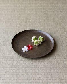 菓=躑躅、岩/亀廣保(京都) 器=唐物砂張丸盆 明時代