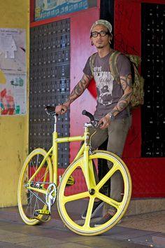 We just bought a fixie last week--my hubbie loves it! Fixed Wheel Bike, Fixed Gear Bicycle, Velo Design, Bicycle Design, Urban Cycling, Urban Bike, Push Bikes, Speed Bike, Bike Style