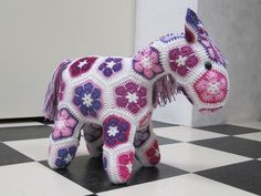 Pony, gemaakt van African Flowers naar een patroon van HeidiBears via Etsy. Ze heeft nog geen naam....