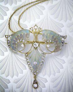 Gold Jewelry Art Nouveau gold diamond and enamel plique-a-jour pendant - Bijoux Art Nouveau, Art Nouveau Jewelry, Jewelry Art, Gold Jewelry, Jewelry Accessories, Fine Jewelry, Jewelry Design, Pendant Jewelry, Jewellery