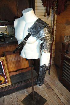 armure de 100 % cuir épaule et vanbrace correspondant à chaud avec un crâne et la fleur de lis texture. Teint noir avec surbrillance argentée.