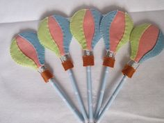 Ponteira de lápis com adesivo e ponteira em feltro Felt Crafts Patterns, Pencil Toppers, Hot Air Balloon, Kite, Embellishments, Diy And Crafts, Balloons, Projects To Try, Stationery