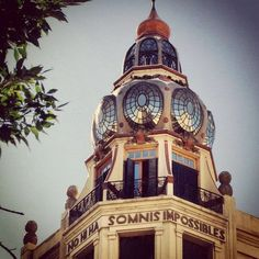 """"""" NO HI HA SOMNIS IMPOSSIBLES"""" Ubicado en Av. Rivadavia y Ayacucho, el edificio es obra del Ing. Eduardo Rodríguez Ortega (argentino 1871-1938)."""