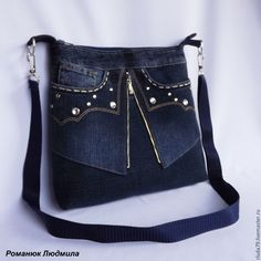 Купить или заказать Сумка джинсовая женская 'Гламурные кармашки' в интернет-магазине на Ярмарке Мастеров. Симпатичная сумка из джинс, которая обязательно привлечет внимание окружающих. Внутри нее есть подклад из хлопковой ткани, с двумя кармашками из джинсы, один из них на молнии, другой открытый. Сумка закрывается на молнию. Спереди и сзади сумочки есть кармашки. Ремень через плечо сделан из синей стропы, регулируется по длине и пристегивается на карабины.