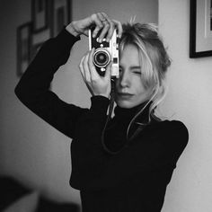 Mirror Photography, Portrait Photography, Photographer Self Portrait, Teen Photo Shoots, Girls With Cameras, Antique Cameras, Rangefinder Camera, Female Photographers, Foto Pose