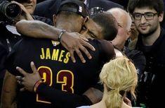 """Nessuno ha mai ribaltato un 3-1 alle NBA Finals. Nessuno prima dei Cavaliers nella serie contro i Warriors. 19 giugno del 2016, una data storica per tutta la città di Cleveland  Nella Baia va in scena Game 7, dopo una rimonta incredibile: le due giocate chiave le ricordiamo tutti. La stoppata di LeBron James su Iguodala e la tripla di Kyrie Irving.  LeBron: 27 punti 11 rimbalzi 11 assist 3 stoppate 2 rubate  Kyrie: 26 punti 6 rimbalzi 1 assist 1 palla rubata 1 stoppata  Finale 93-89, """"The Clevel Kyrie Irving, Lebron James, Cleveland, Nba"""