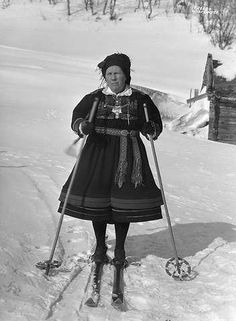 Galleri NOR Hovden Gyri paa ski 1940 Folk Costume, Costumes, Traditional Outfits, Norway, Ski, Blanket, Clothes, Color, Fashion