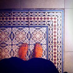 #granada #fromwhereistand #tiles #tilecrush #tileaddiction #selfeet #ihavethidthingwithfloors #ihavethisthingwithtiles #mosaic #mosaico by rogz5