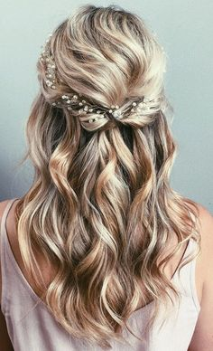 Wedding Hair Down 42 Half-Up Wedding Hair Ideas That Will Make Guests Swoon On Your Big Day - Half-up hair is the perfect style for a relaxed wedding look. Bridal Hair Half Up Half Down, Half Up Wedding Hair, Wedding Hairstyles Half Up Half Down, Elegant Wedding Hair, Wedding Hair And Makeup, Relaxed Wedding, Bridal Hair Half Up Medium, Wedding Hair Blonde, Trendy Wedding