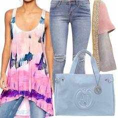 Canotta lunga con stampa astratta, jeans skinny, espadrillas rosa-grigio, borsa a mano light blue di armani jeans. Un outfit allegro e colorato, adatto per una passeggiata!