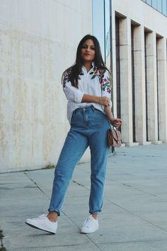Spring #outfit wearing white shirt with flowers, #jeans and pink bag and white #sneakers #fashion