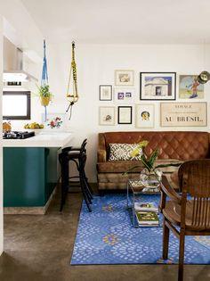 casa-claudia-livia-amaral-sofa-marrom-e-tapete-azul