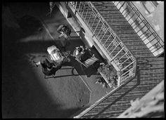 Szerző:Kinszki Imre (1901-1945)  Cím:[Pihenő család egy zuglói gangos ház udvarán] [Fénykép] : [felülnézet]  Dátum:[1930-as évek] Budapest, Sci Fi, Photographs, Science Fiction